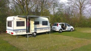 wohnwagen wohnmobil oder mobilheim auf dem campingplatz. Black Bedroom Furniture Sets. Home Design Ideas