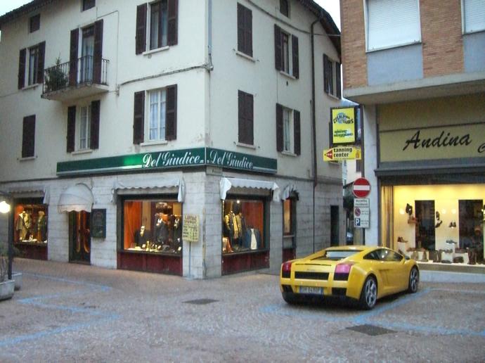 Lamborghini in Italien vor authentischer Kulisse