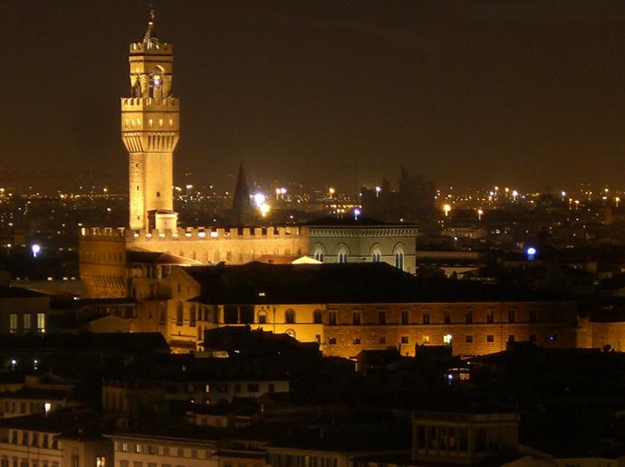 Florenz bei Nacht hier der Turm des Palazzo Vecchio