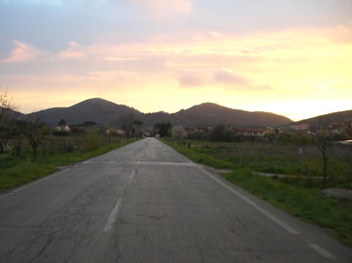 Unterwegs durch das abendliche Italien, der Himmel brennt wie Feuer