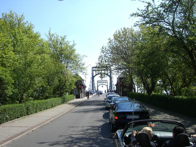 Uargh! 2,30 Meter Durchfahrtshöhe an der Kaiser-Wilhelm-Brücke!!
