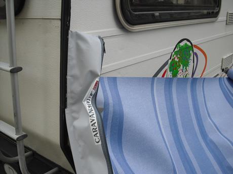 Caravanstore in die Kederschiene einführen