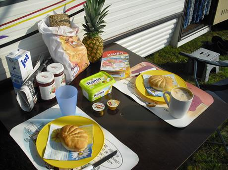 Frühstück vor dem Wohnmobil mit Muschelbrötchen