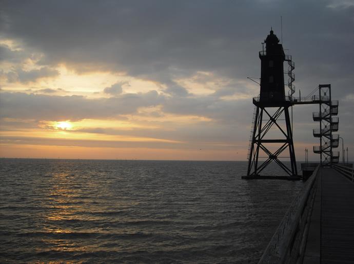 Der Leuchtturm DorumerNeufeld im Abendrot