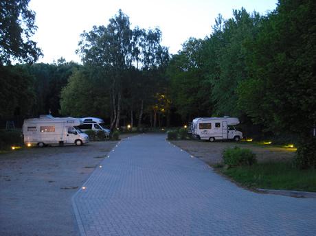 Wohnmobil- Stellplatz in Neumünster am Abend