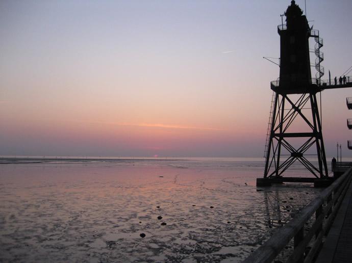 Sonnenuntergang vor dem Leuchtturm von Dorum Neufeld