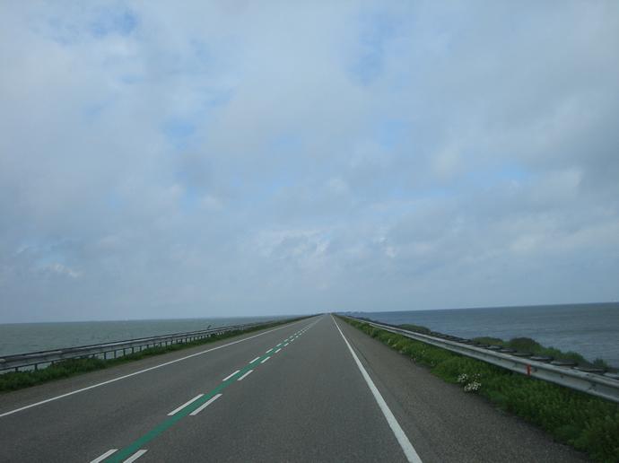 Rechts Wasser, links Wasser, unterwegs auf dem Houtribdeich am Ijsselmeer