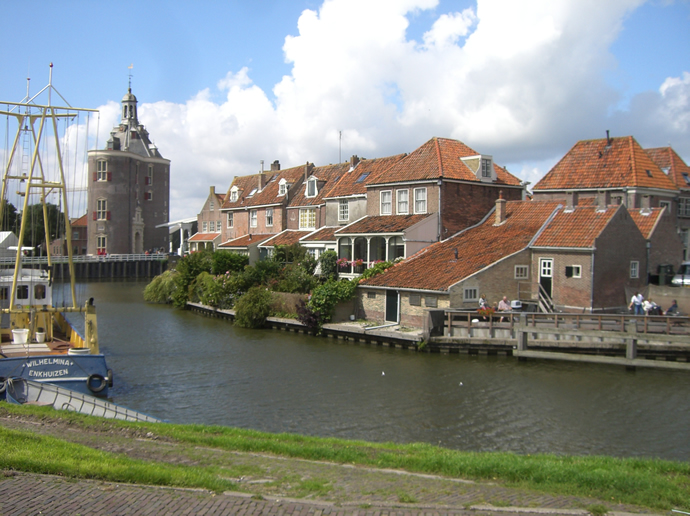 Blick über Enkhuizen am Kanal entlang