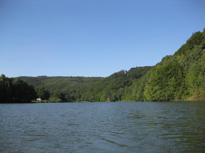Blick auf den See der Ulmbachtalsperre
