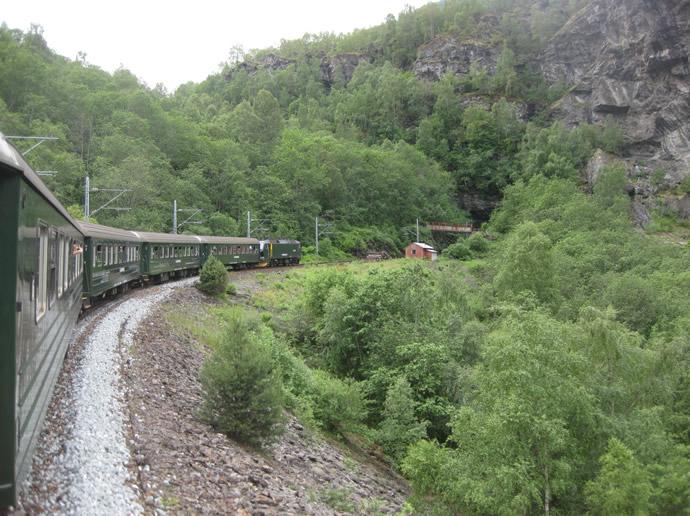 Die Flambahn schlängelt sich den Berg hinauf