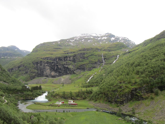 Tal am Fluss und Wasserfall der Flambahn