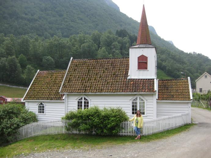Anja vor der Undredaler Stabkirche