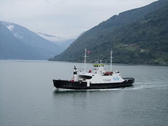 Fähre im Fjord in Norwegen
