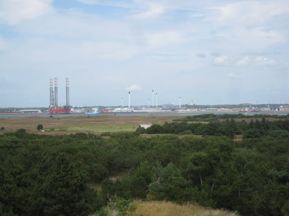 Blick vom Lotsenberg in Richtung Fahrrinne, dänisches Festland und der Hafenstadt Esbjerg
