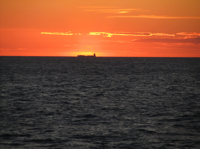 Sonnenuntergang in Hirtshals mit Schiff