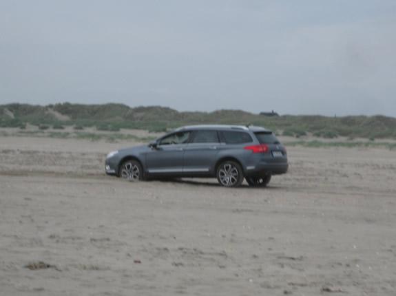 Auto steckt im Sand fest