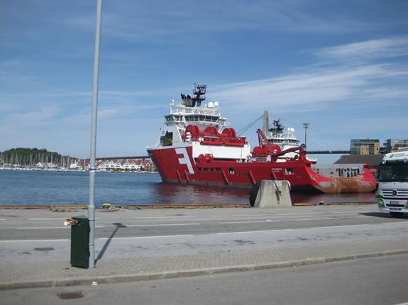 merkwürdiges Schiff im Hafen von Stavanger