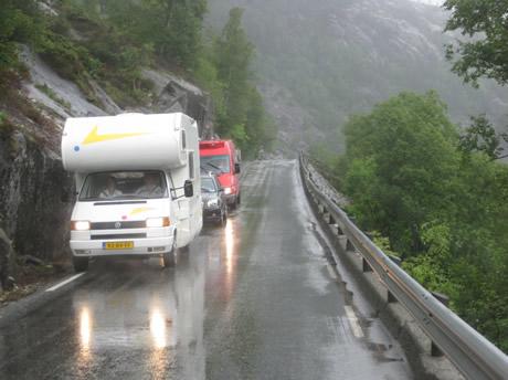 Enge norwegische Landstraße
