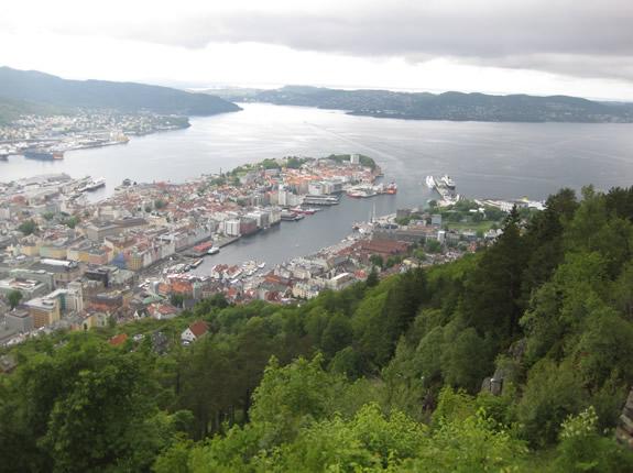 Blick auf Bergen mit Hafen, Fjord und Küste