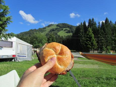 Bratenbrötchen von der Metzgerei Gründler in Kössen, Tirol
