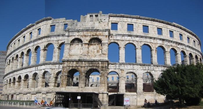 Die Arena von Pula in der Totalansicht von vorn