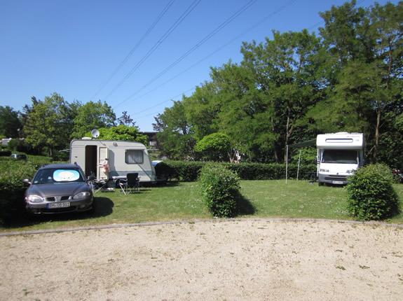 Wohnwagen und Wohnmobil auf dem Campingplatz zusammen