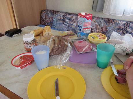 Frühstück im Wohnwagen