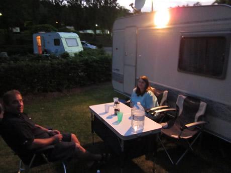 Vorzeltleuchte leuchtet am Wohnwagen
