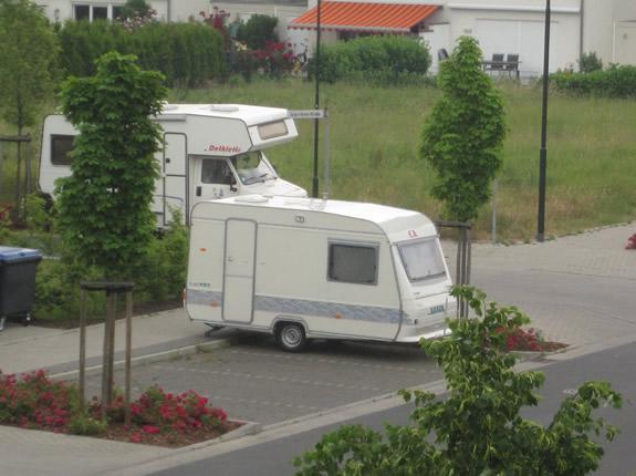 Wohnmobil und Wohnwagen stehen zusammen