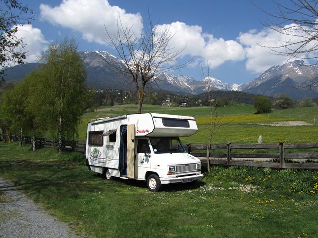 Unser Wohnnobil vor herrlicher Alpenkulisse