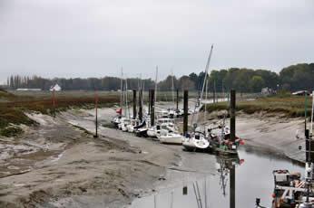 Die Boote liegen noch auf dem Trockenen - Ebbe im Hafen