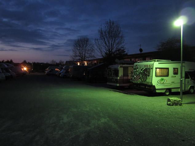 Wohnmobil bei Nacht auf dem Wohnmobilstellplatz Füssen