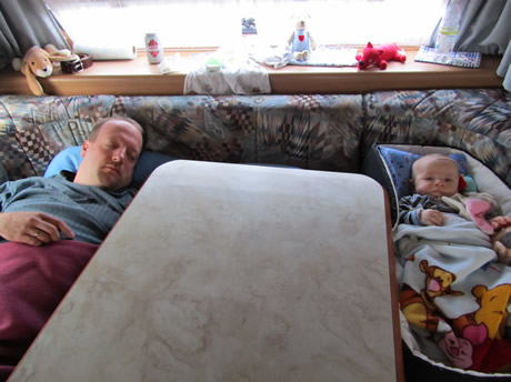 Papa und Nils schlafen im Wohnwagen