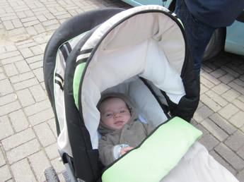Nils im Kinderwagen