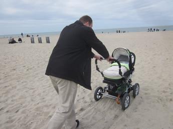Mit dem Kinderwagen durch den Sand