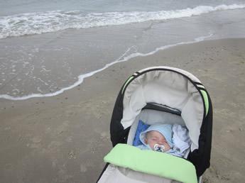 Nils schläft am Strand