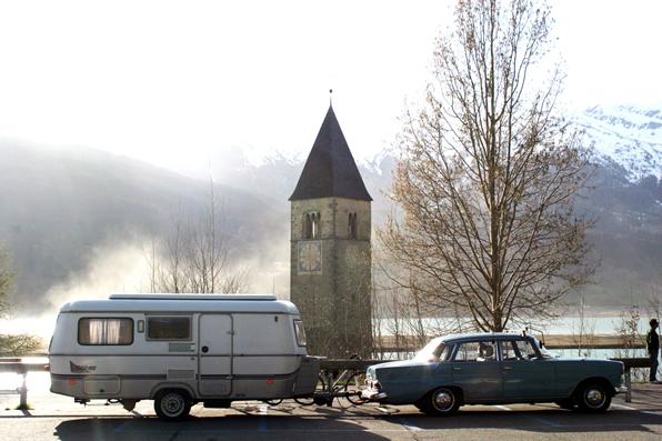 Marita und Bernd vor der Kirche am Reschenpass