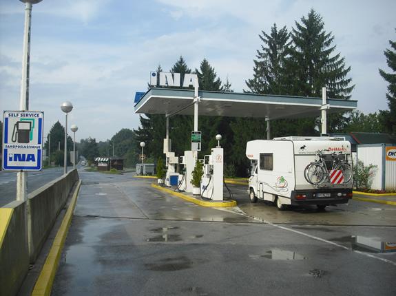 Unser Wohnmobil beim Tanken bei den Plitviczer Seen