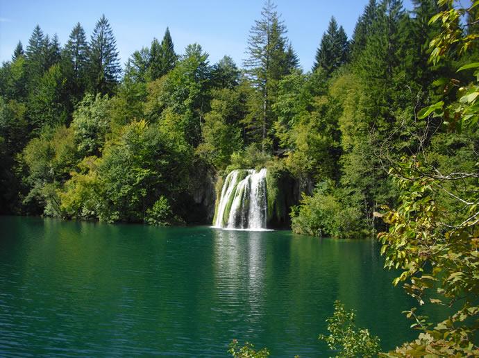 kleiner Wasserfall im Plitviczer Nationalpark