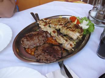 Grillplatte mit viel Fleisch in Kroatien