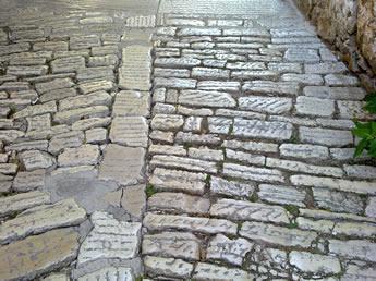 grobees Kopfsteinpflaster in den Altstadtgassen