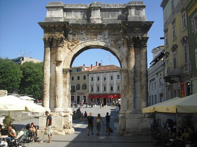Der Triumphbogen der Sergier in Pula