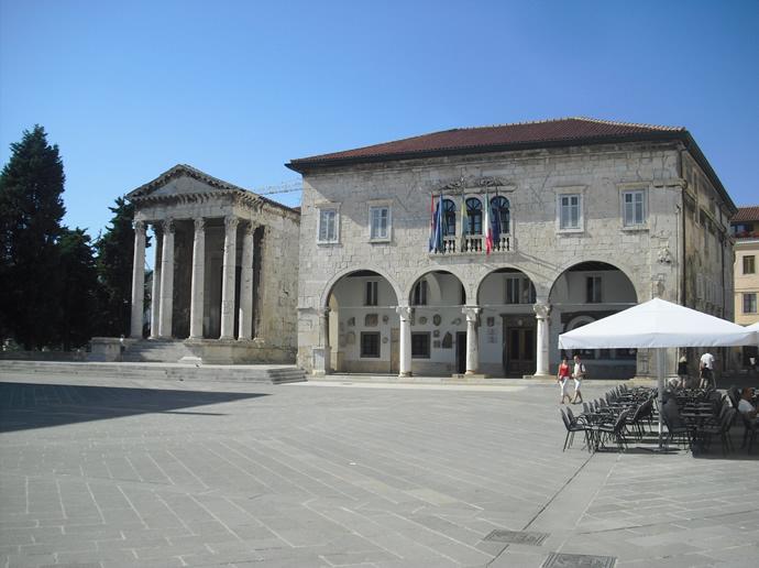 Augustustempel (links) und Stadtpalast von Pula
