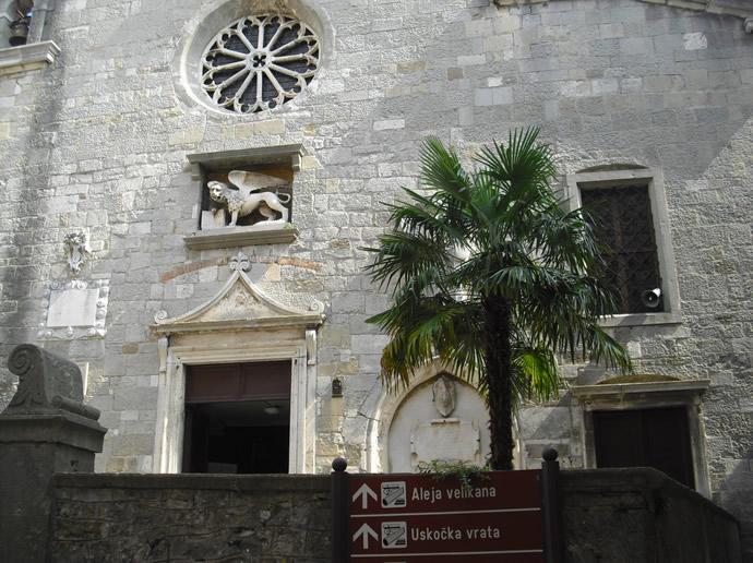 Kirche in Labin Presika mit venezianischem Löwen