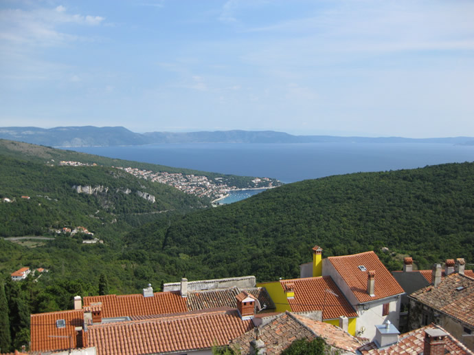 Fernblick über die Badebucht von Rabac an der Adria
