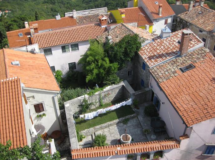 Blick vom Kirchturm Labins in die Gärten und Höfe der Bewohner