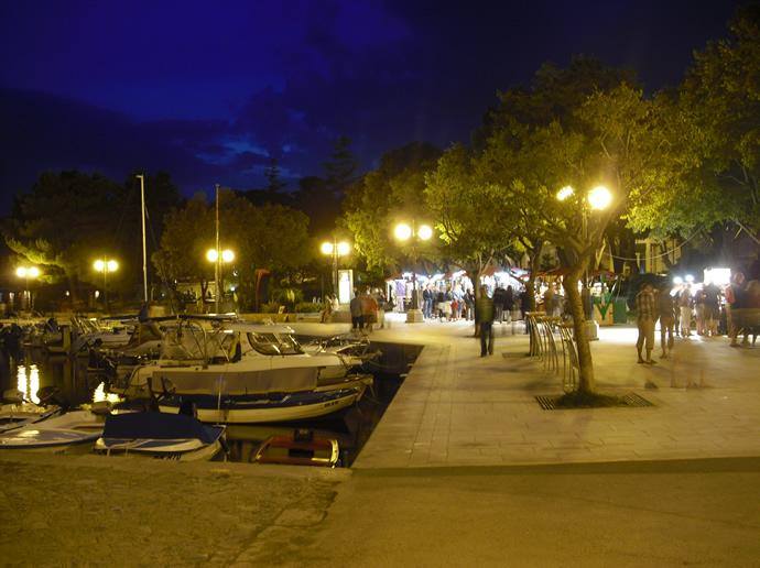 Promenade in Krk am Abend, stilvoll beleuchtet