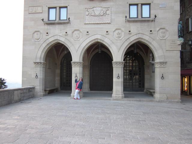Anja vor dem Palast