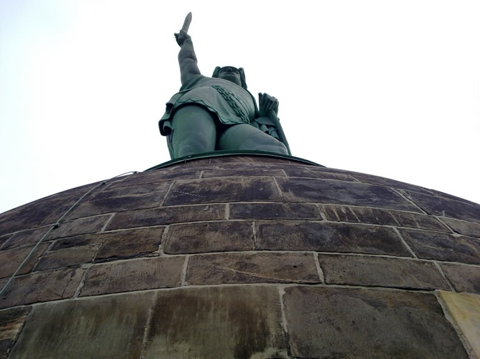 Hermann reckt sein Schwert gen Himmel
