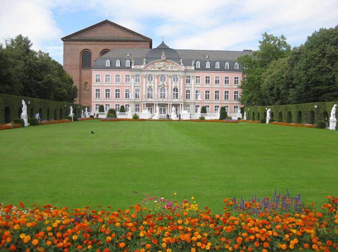 Das kurfürstliche Palais vor der Basilika in Trier